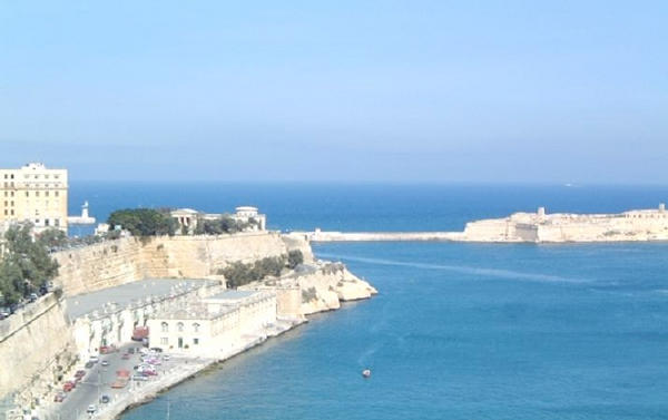 LOOKING FROM VALLETTA TOWARDS STHE SEA WALL AT THE ENTRANCE TO GRAND HARBOUR.